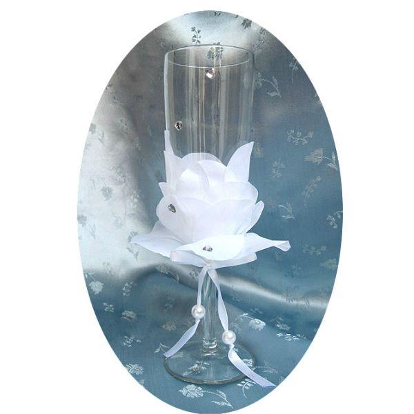 Еще один способ красиво украсить свадебную посуду. Вам понадобятся: фужеры, текстильные лепесточки, атласная ленточка, украшения в виде бусинок и страз, клей.