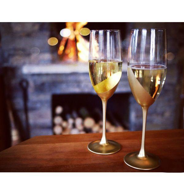 Большая часть мастер-классов по изготовлению свадебных бокалов своими руками — мастер-классы в золотом цвете. Он гармонирует с шампанским и новенькими кольцами из благородного металла.