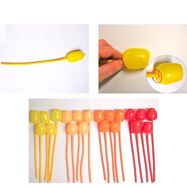 Надуйте один шар на пять сантиметров и крепко завяжите узелок. Внутрь надутой части шара для моделирования вдавите узелок шара и удерживайте его внутри надутой части одной рукой.