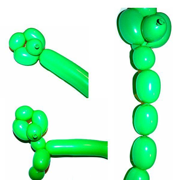 Затем, после того как сделали пузырьки, мы скручиваем три средних шарика между собой возле шеи, следовательно, получаем лапки нашей собачки.  Таким образом, у нас готова голова и лапки пуделя.