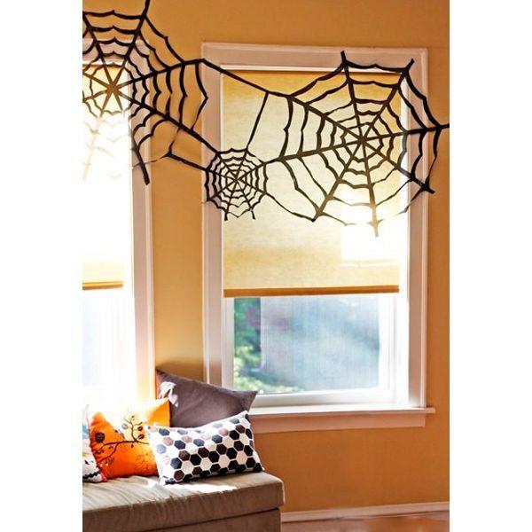 Какой Хэллоуин без паутины и пауков? Украсить такой паутиной можно можно окно или даже праздничный стол. Гости будут в восторге!