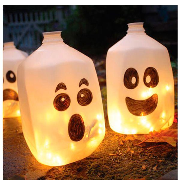 Нарисуйте на белой матовой бутылке лицо привидения. Поместите внутрь елочную гирлянду и включите. Получается очень красиво!