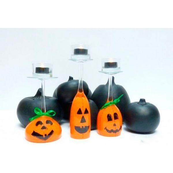 Оригинальные подсвечники с изображением тыковок - прекрасный элемент декора на Хэллоуин. Попробуйте сделать такие и вы!