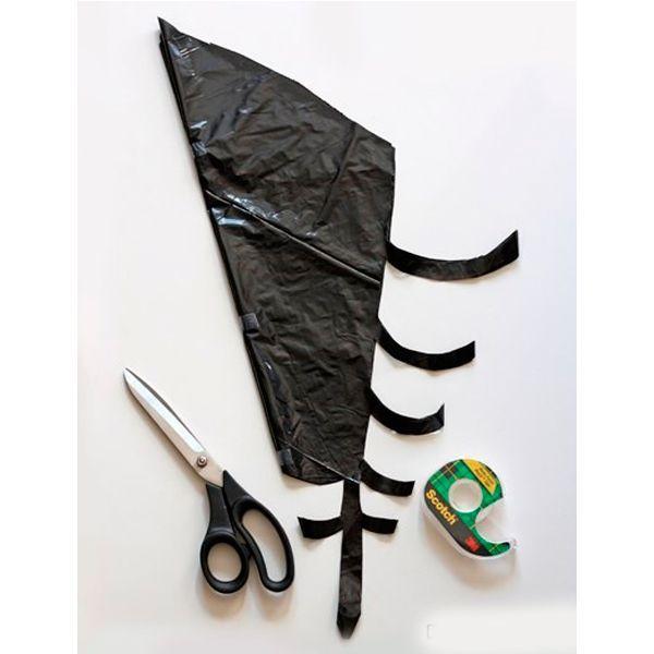 Вырезать такую паутину можно из обычного черного пакета для мусора. Чтобы паутина получилась ровной, сперва нанесите рисунок шариковой ручкой.