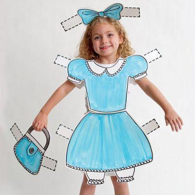 Все, что вам потребуется для костюма куклы, это лист ватмана, краски и умение рисовать. Кофточка держится с помощью лямок, а юбка одевается как передник.