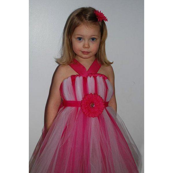 Если взять ленты подлиннее и сделать красивый пояс, можно сделать красивое бальное платье. Чтобы оно не сползало с ребенка, пришейте к резинке шлейки.