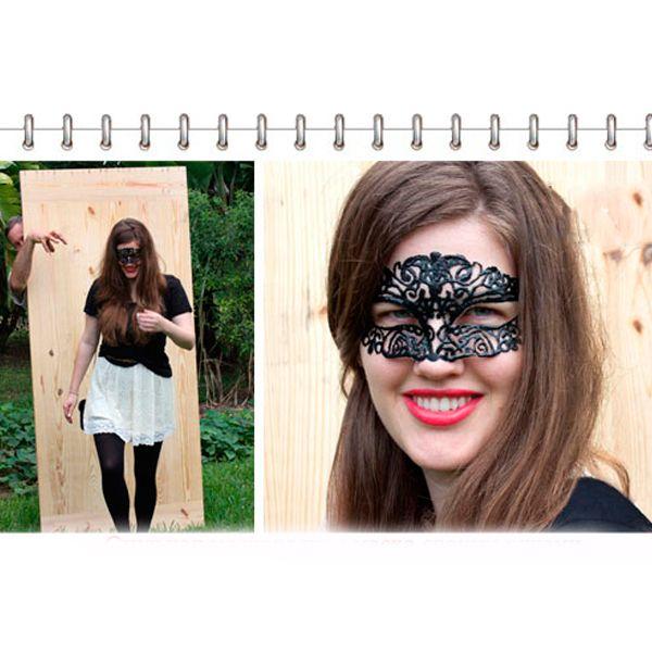 Эта маска кажется такой воздушной и невесомой благодаря тому, что сделана она из прозрачного полиэтилена. Вам понадобятся контурные краски для того, чтобы нанести на маску рисунок.