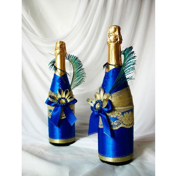 """Нам потребуется: лента атласная - около 3,5 м; лента парчевая золотая - 1,5 м; клей момент """"Кристалл""""; ножницы; бутылка шампанского. Шампанское желательно подобрать с золотой фольгой и без надписей на фольге."""