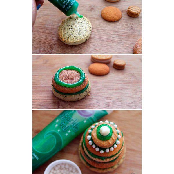 Соединяем печенье между собой от большего к меньшему с помощью кондитерского геля зеленого цвета. Украшаем елочки кондитерской присыпкой.