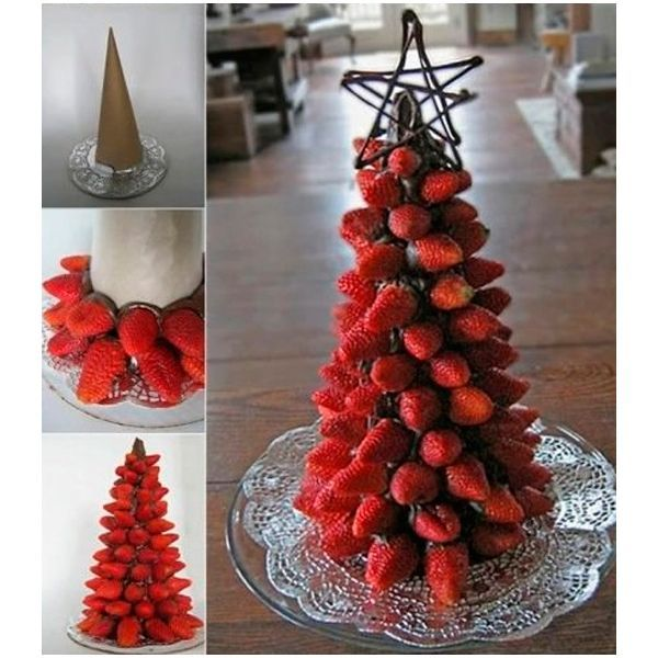 Клубничную елочку можно сделать за считанные минуты. Окунайте ягоды в растопленный шоколад и прижимайте их к конусу, обернутому пекарской бумагой. Елочка готова! Осталось ее украсить.