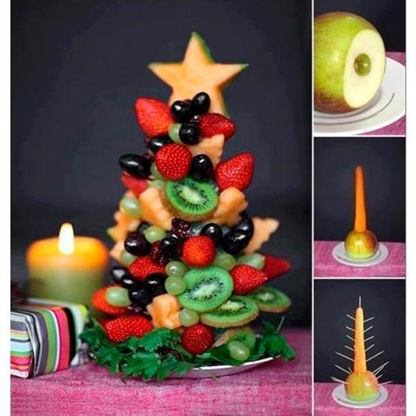 Фруктовую нарезку можно подать в виде елки. В качестве основы используйте морковь. Чтобы она не падала, закрепите ее в половинке яблока. Воткните в морковь зубочистки, на которые надевайте фрукты (кусочками) и ягоды (целиком).