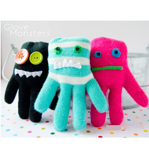 Для того чтобы сделать игрушку из перчатки своими руками, нам понадобится:  перчатки, ножницы, наполнитель, швейная машинка или иголка с ниткой, пуговицы, фетр, атласные ленты и т.п. по желанию.
