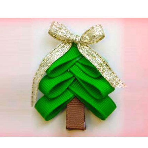 Такую елочку можно использовать как самостоятельное украшение, а можно оформить ею новогоднюю открытку. Вам понадобится клей, ленты зеленого и коричневого цветов, золотистый бантик.