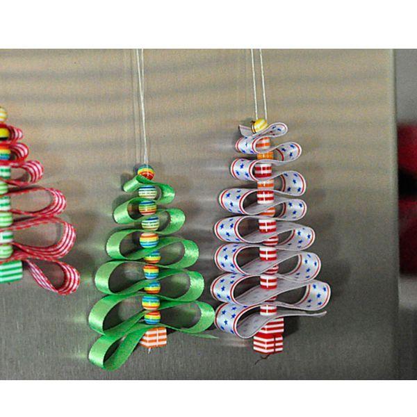 Такие елочки можно использовать в качестве елочных игрушек. Для их создания нам понадобится длинная лента, нитка, иголка, ножницы и бусины небольшого размера.