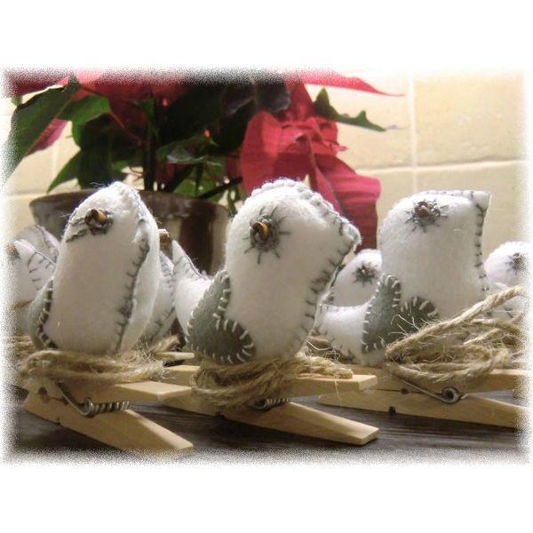 Птички из фетра на прищепке - прекрасный способ украсить помещение. Можно прикрепить их на штору или разместить на еловой ветке как новогоднее украшение. нам понадобится фетр, наполнитель, нитки, иголка, веревка, клей, прищепка.