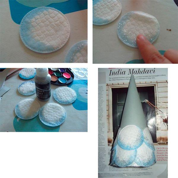 Для начала обработайте края дисков голубой акварельной краской. Приклеивайте диски к конусу так, как показано на фото. Украсьте елочку по своему усмотрению.