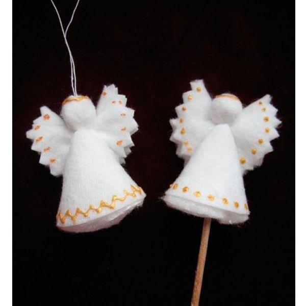 Для того чтобы сделать такого новогоднего ангелочка, вам понадобится всего один диск,а  также клей, нитки и глиттеры или другие украшения.