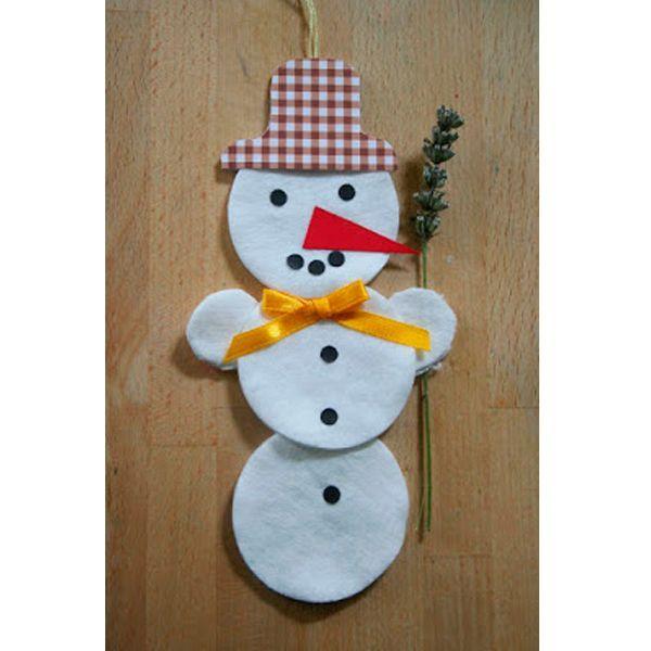 Такого забавного снеговика сделать очень легко. Вам понадобится 5 ватных дисков, лента, цветная бумага, клей, цветная бумага.