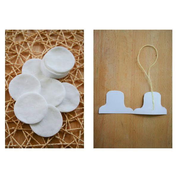 Подготовьте ватные диски. Из цветной бумаги вырежьте две одинаковые детали шляпы. На одну из деталей приклейте петельку из нитки.