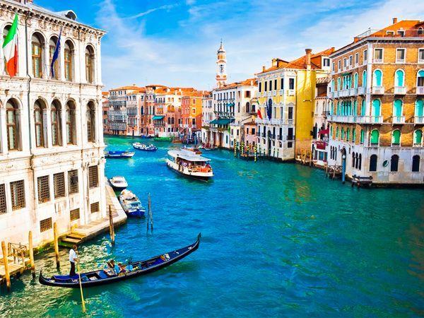 Этот город пробуждал романтику даже у самых неромантичных парочек. Еще бы, ведь Венеция совсем не хуже известнейшего Парижа. Только здесь можно затеряться в улочках от посторонних взглядов, признаться в любви в скрытном ресторанчике, кататься по воде и просто наслаждаться жизнью.