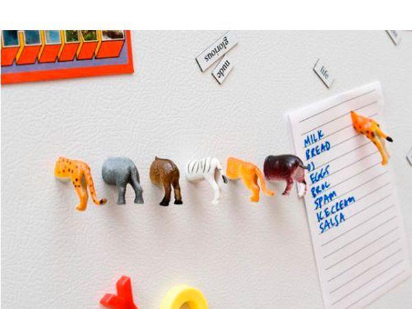 Магниты. Фигурки разрежьте пополам острым ножом. С помощью клеевого пистолета на место среза приклейте магнитную полоску. Готов оригинальный магнит или держатель записок на холодильник.