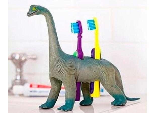 Подставка для зубных щеток. Понадобится крупная резиновая игрушка. Проделайте в ней несколько отверстий диаметром немного больше, чем размер щетки.