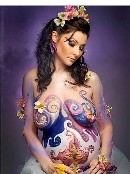 Рисунок, сделанный гуашью, недолговечен, держится примерно сутки. Для росписи лица подойдет театральный грим, он дает яркие и насыщенный цвета.