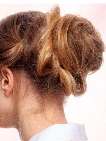 Не стоит зализывать волосы, пытаясь их уложить в идеальный пучок. Лучше просто соберите руками волосы в хвост, используйте специальный валик для создания пучка, поверх наденьте резинку, руками вытащите несколько прядок для создания нарочитой небрежности.