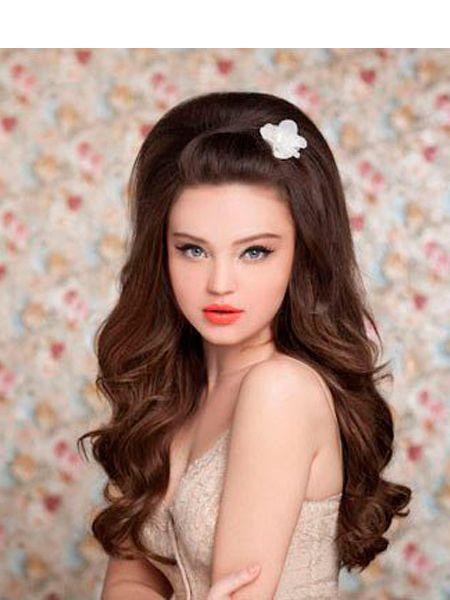 Начешите волосы у корней, используйте специальный валик для создания еще большего объема, сбрызните лаком и украсьте ободком или красивой заколкой. Для самых смелых девушек, решивших кардинально сменить образ, подойдет стрижка пикси.