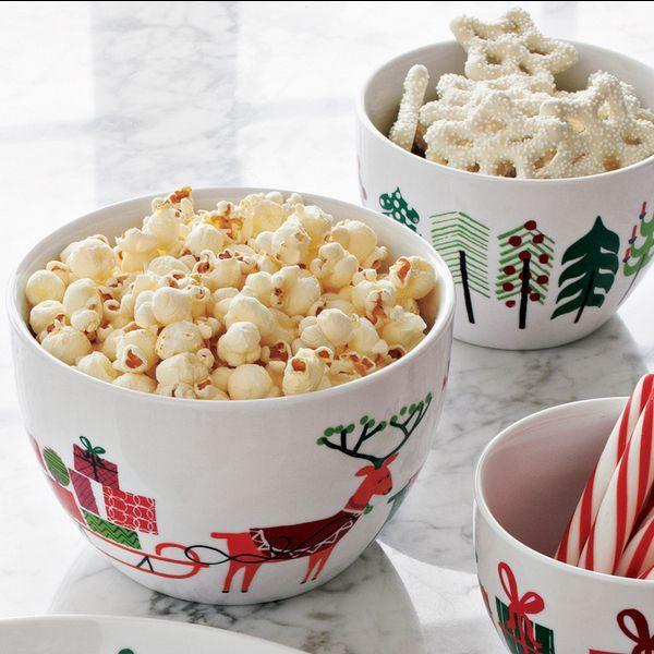 Зима щедра на праздники. Сохраните праздничную атмосферу на всю зиму - приобретите посуду с новогодними рисунками. Такая посуда будет радовать ваш взгляд!