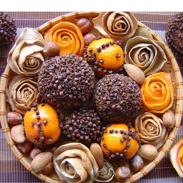 Апельсин с воткнутой в него гвоздикой - это помандер и ароматизатор и украшение праздника в одном. Но хотелось бы добавить, что для этих целей используют не только апельсины, но и лимоны, мандарины, а прежде всего яблоки.