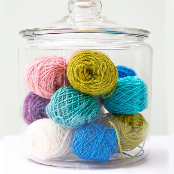 Уюта зимой добавят и самые обычные клубки шерстяных ниток. Очень тепло смотрятся веночки из клубков, да и просто сложенные в корзины или стеклянные вазы, они вас порадуют. Важно только грамотно сочетать их по цвету между собой и с интерьером в целом.