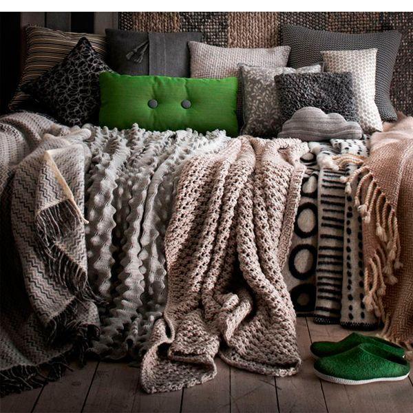 Если у вас дома зимой не изнурительная жара, то вполне к месту будет заменить легкие покрывала на кроватях на добротные шерстяные и пуховые стеганые одеяла, а уютный диван украсить теплым пледом из шотландки.