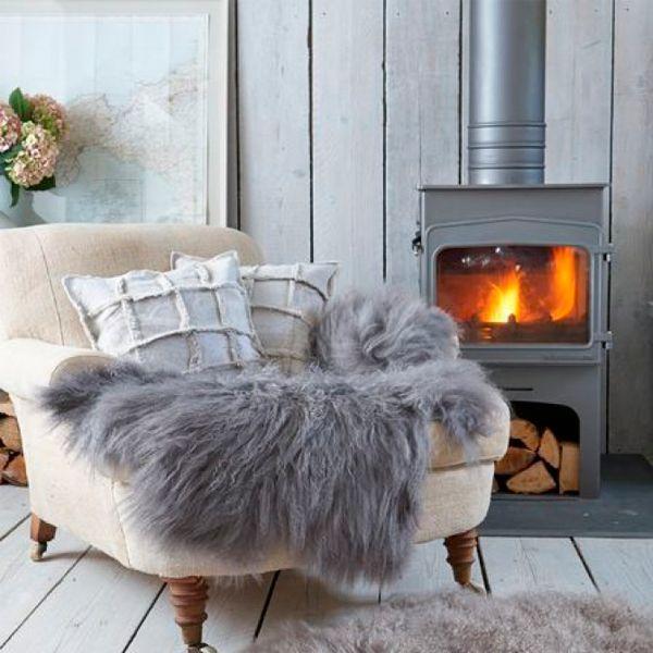 Шкуры из меха животных - отличный способ сделать дом уютным и теплым. На них можно валяться у камина часами, читая любимую книгу.