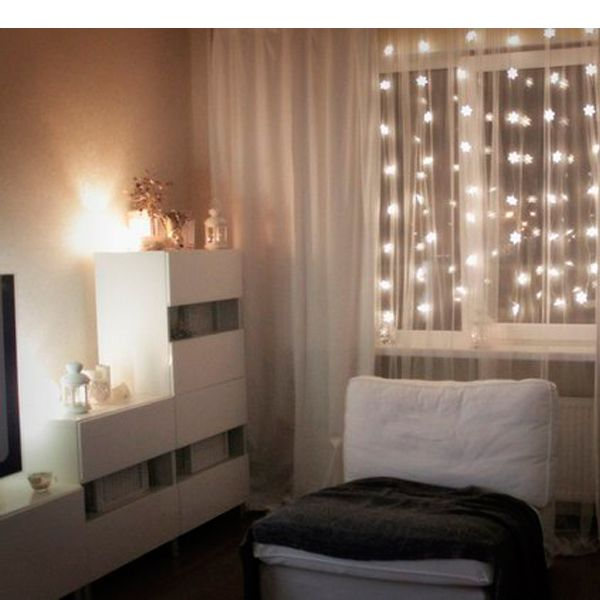 Гирлянды способны привнести дух Рождества и ожидания чуда в любой интерьер. Это всегда уютно. Гирлянду можно повесить на стену или окно.