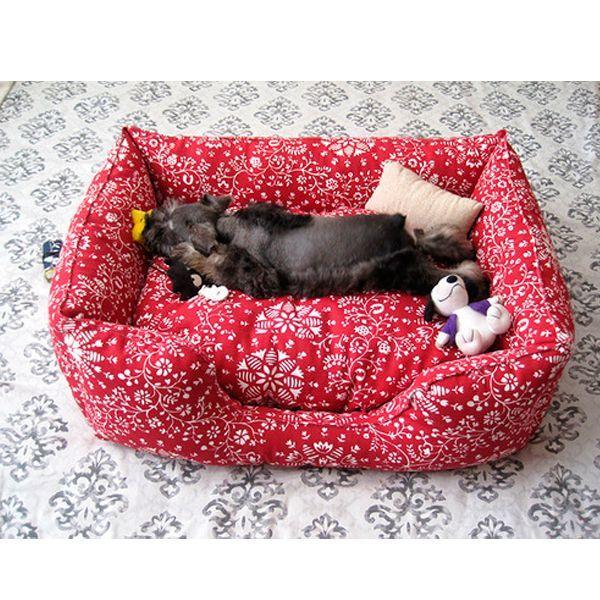 Для создания кроватки можно использовать любые старые вещи. Шить ее - сплошное удовольствие, совсем несложно. Главное - иметь наполнитель в виде синтепона. Шьется лежанка из четырех боковинок.