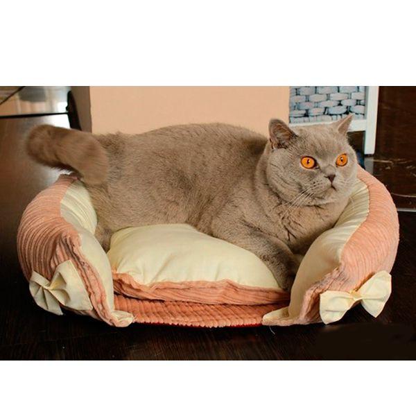 Данная кроватка сшита из теплого вельвета, ткань можно купить, но еще лучше, если вы используете свою старую одежду, к которой ваша любимица привыкла.