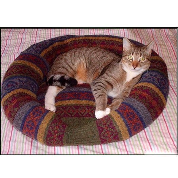 Шить кроватку можно на швейной машинке, а можно и вручную.  Обрезаем горловину и обметываем обрезанный край.