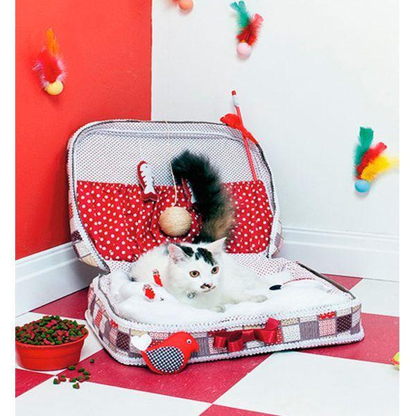 Вам понадобится: чемодан, утеплитель, ткань, горячий клей, ножницы, ленточки для украшения. Такую лежанку можно сделать как для кошечки, так и для собачки.