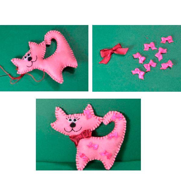 Сшиваем по краю две детали кота петельным швом. Не дошивая до конца, набиваем кота синтепоном. Из ленты делаем маленькие бантики и пришиваем их к нашей кошечке. Можно сделать петельку для подвешивания.