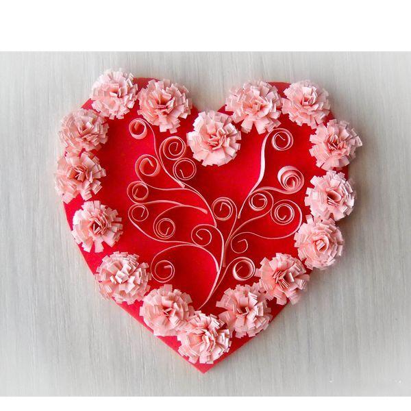 Подготовить пару открыток-валентинок совсем не сложно. Нежное сердечко в виде открытки нам предстоит сегодня изготовить. Для этого нужно запастись: бумагой для квиллинга, ножницами, клеем, картоном красного цвета, палочкой для квиллинга.