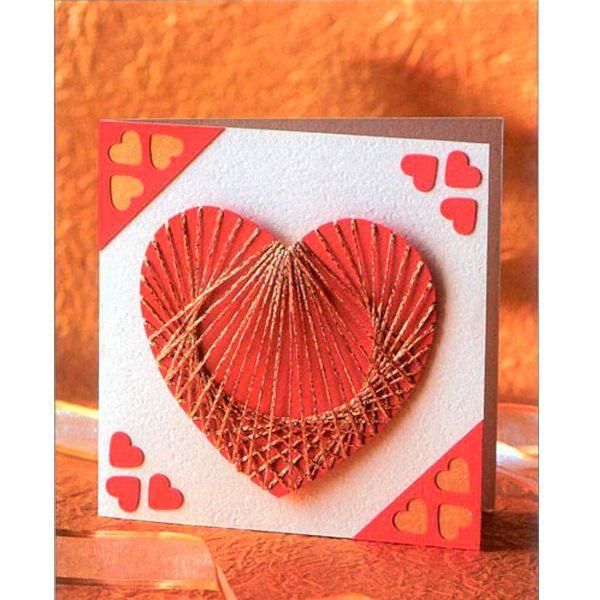 Вам понадобятся: открытка из белого картона, 115×115 мм (или сложенный вдвое лист картона), красный картон, 100 х 150 мм, золотая бумага, 50 х 100 мм, толстая золотая нитка, фигурный дырокол, делающий отверстия в виде сердечек шириной 12 мм.