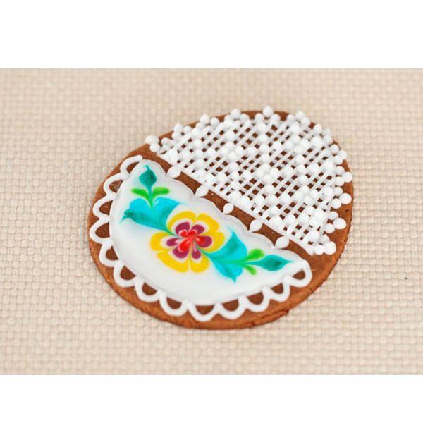 Для украшения пасхального печенья применяются две технологии контура — ажурный декор и рисунок жидкой глазурью. Поэтому на печенье наносим по контуру для каждого рисунка.
