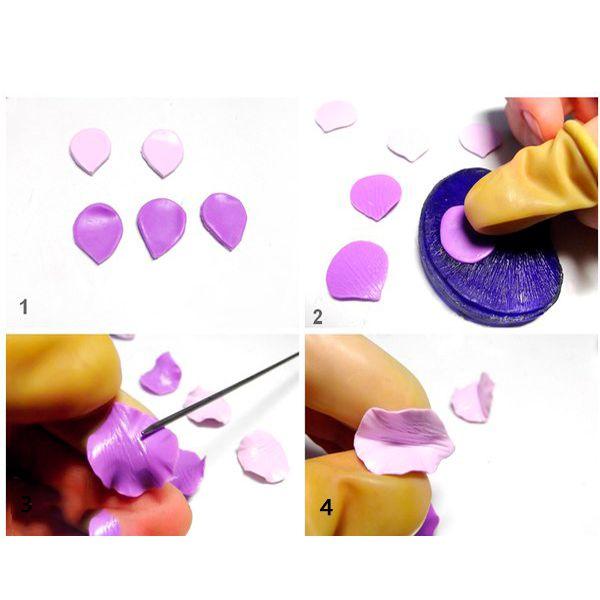 Из фиолетового ножом вырежьте 3 лепестка. Длина лепестков должна быть 2см. Верхний край лепестков сделайте округлым, а нижний – острым. Затем вырежьте 2 лепестка такой же формы из светло-фиолетовой глины, но эти лепестки сделайте немножко меньшего размера. Это лепестки для одного цветка. Для сережек нам потребуется сделать два цветка.