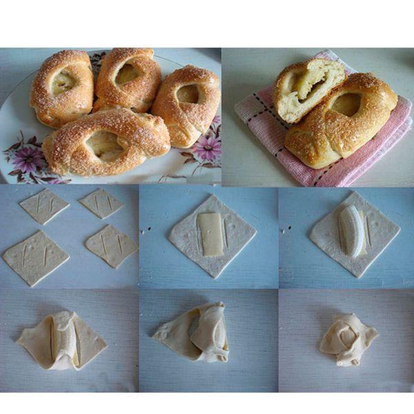 Нарежьте тесто на квадраты. Положите на них по диагонали кусочек банана или другую начинку. Сделайте надрезы по обе стороны от начинки. Сложите края конвертом.