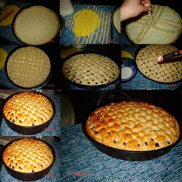 Уложите тесто в форму, наполните начинкой. Тонкие трубочки из теста укладывайте сверху, переплетая между собой. Можете выпекать, когда вся поверхность пирога будет заполнена.
