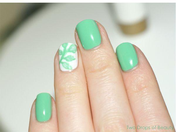 Цвет весенней зелени - что может быть нежнее? Светло-салатовые листочки на белом фоне смотрятся очень нежно. Если хочется чего-нибудь поярче, можно добавить немного блесток.