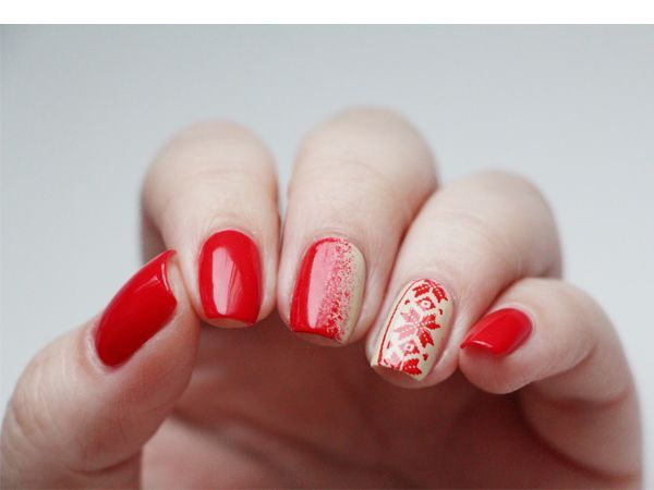 Сочетание красного с бежевым смотрится очень изысканно. Орнамент в народном стиле делает маникюр очень необычным.к тому же, такой маникюр визуально удлиняет ногтевую пластину.