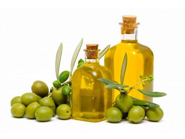 Оливковое масло прекрасно полирует мебель из дерева. Смешайте 2 ложки масла и ложку сока лимона. Все это перемешайте. Нанесите смесь на деревянную мебель. Когда пройдет несколько минут, хорошенько протрите ее тряпкой.
