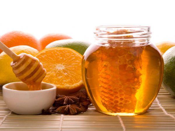 Некоторые сорта мёда могут достаточно эффективно заменять антибактериальные средства и способствовать заживлению ран. Делайте примочки с медом на ночь.